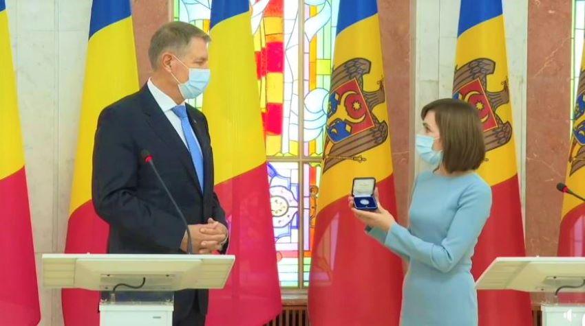 Un tablou ce imprimă elemente din cultura Republicii Moldova, printre cadourile anului 2020 primite de Klaus Iohannis