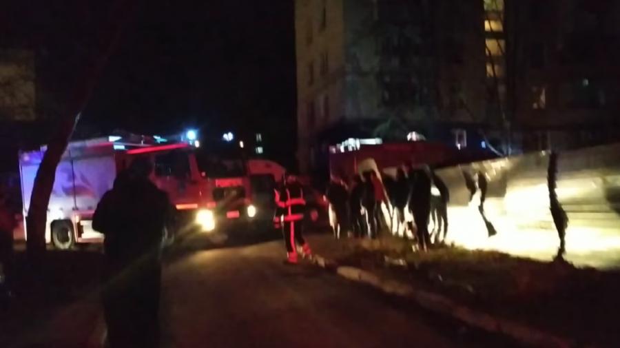 (FOTO/VIDEO) Deflagrație într-un bloc de locuit de la Botanica. O femeie și doi copii, internați în spital