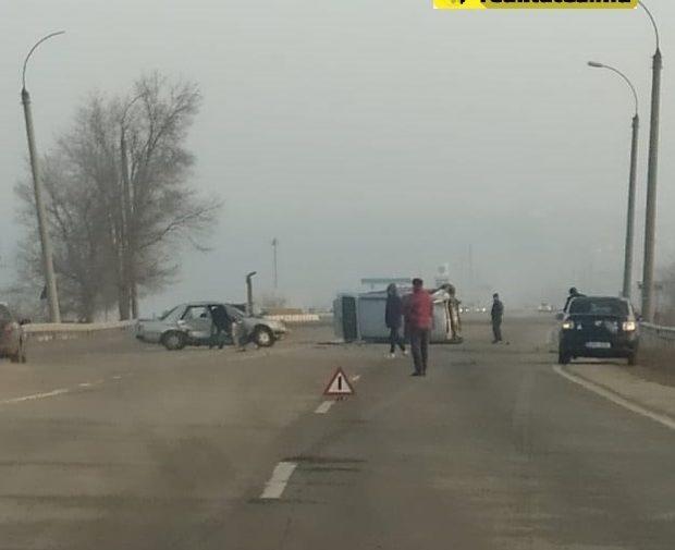 (FOTO) Ceață sau neatenție!? Două automobile s-au ciocnit violent în apropiere de Chișinău