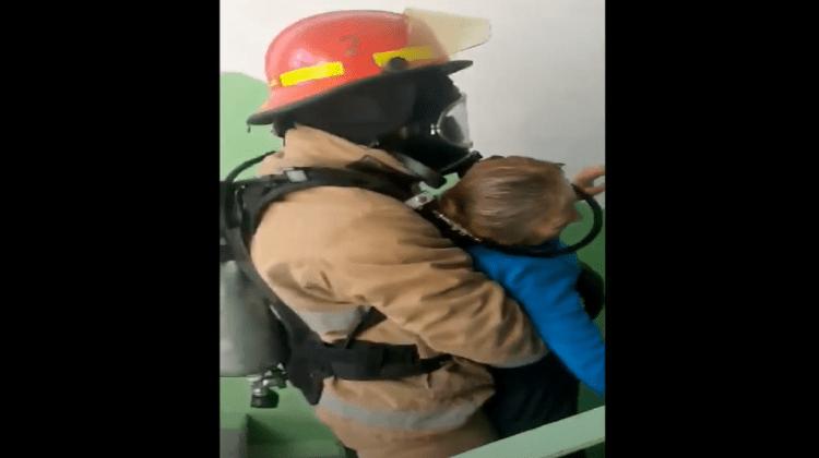 Salvată de pompieri. O bătrână care se afla în apartamentul cuprins de flăcări, evacuată de angajații IGSU (VIDEO)