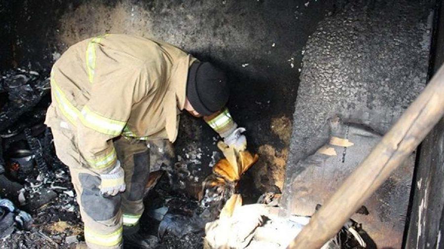 Au lăsat copiii să păzească focul din sobă. Cauza incendiului din Drochia care a luat viața unui minor de 2 ani