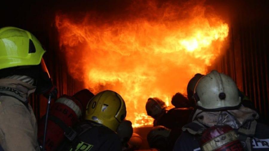 """Un depozit de la """"TOPAZ"""", cuprins de flăcări în această seară. Patru echipe de salvatori, îndreptate la fața locului"""