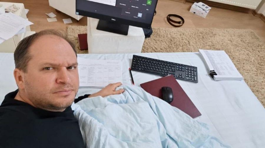 (FOTO) Ion Ceban, testat pozitiv cu COVID-19, și-a improvizat birou la domiciliu: Munca nu a interzis-o nimeni