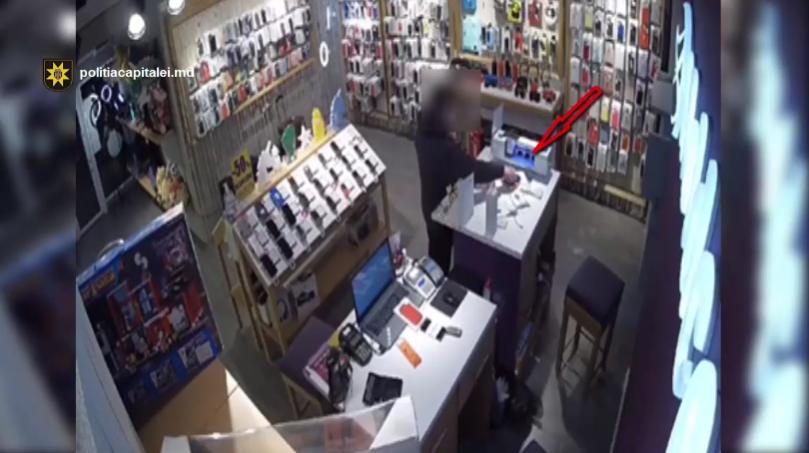 A intrat într-un magazin de telefonie mobilă și a furat un telefon. Nu din vitrină, ci cel al vânzătoarei