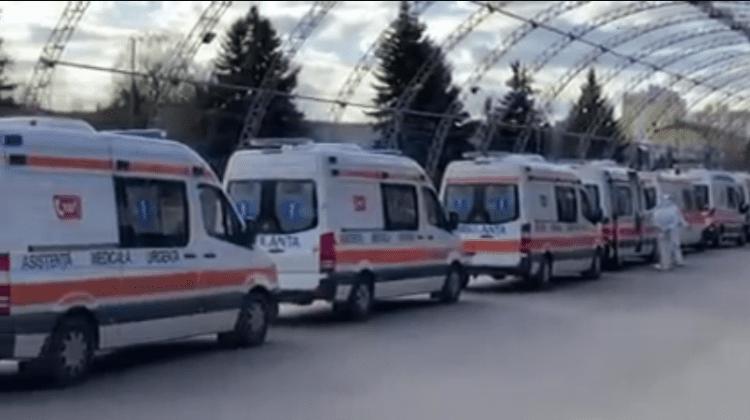"""Alarmant! Ambulanțele fac coadă la Centrul COVID de la """"MoldExpo"""" (VIDEO)"""