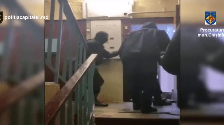 Încă două persoane reținute în cazul escrocheriilor cu cardurile bancare comise, inclusiv din penitenciare