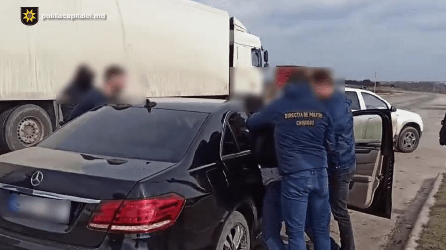 (VIDEO) Trei bărbați, reținuți după cel puțin zece furturi din locuințe. Prejudiciul cauzat – 2 mln. lei