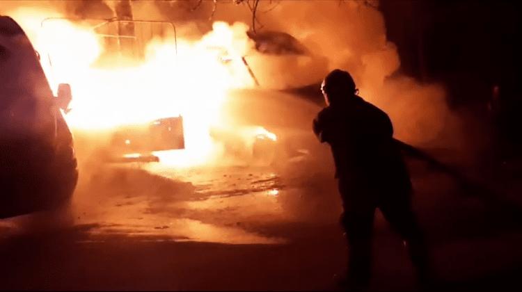Două microbuze și o remorcă au ars noaptea trecută la Telecentru (VIDEO)