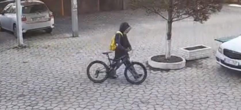 Surprins de camerele de supraveghere în momentul în care fură o bicicletă. Tânărul riscă 4 ani de pușcărie
