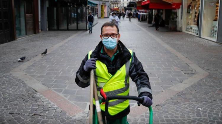 (VIDEO) Faceți cunoștință cu măturătorul de străzi din Paris care a devenit o celebritate TikTok