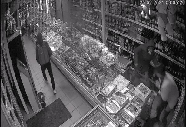 Doi tineri din Bălți, reținuți pe urme fierbinți după ce au amenințat cu un cuțit o vânzătoare și au sustras 3.300 lei