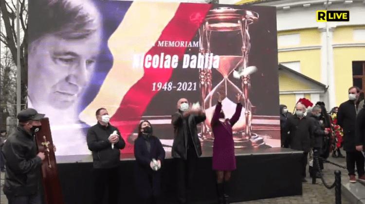 (VIDEO) Nicolae Dabija a fost petrecut pe ultimul drum! La ceremonie s-au rostit poezii, cântece și discursuri solemne