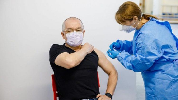 """Fostul premier român Emil Boc, vaccinat cu serul AstraZeneca din lotul """"problematic"""": Nu am avut nimic"""