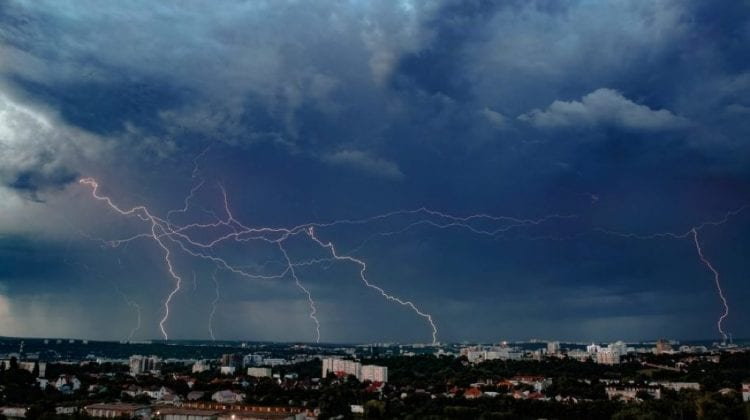 Ploi cu descărcări electrice pe întreg teritoriul țării. În următoarele trei zile temperatura aerului va scădea puțin