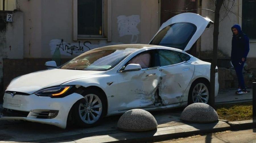 """(FOTO) Accident de LUX! O TESLA și un Mercedes s-au """"pupat"""" pe o stradă din capitală"""