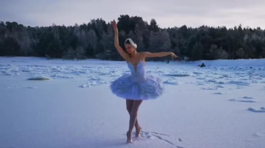 (VIDEO) Dans pe gheață la -15! Protestul unei rusoaice fată de construcția unui port în apropiere de St. Petersburg