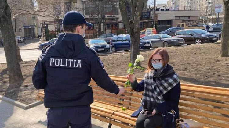 Femeile din Capitală, surprinse plăcut cu câte o floare din partea oamenilor legii (FOTO)