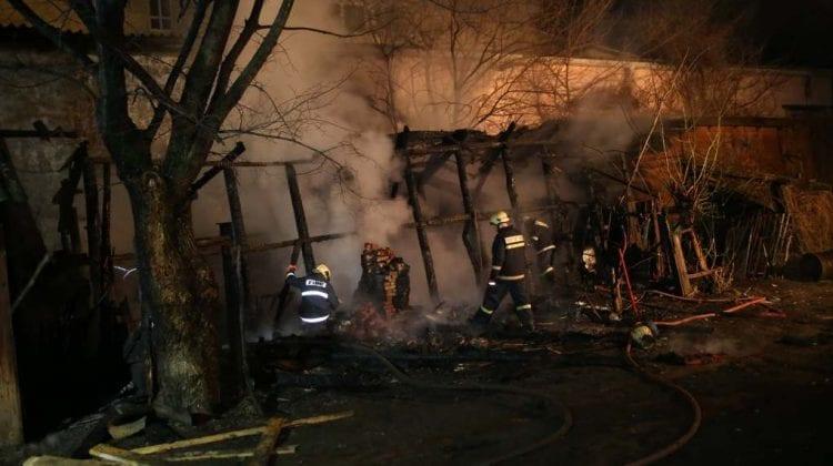 Incendiu la Bălți într-o construcție din apropierea unui bloc de locuit. Pompierii au depistat o butelie de gaz