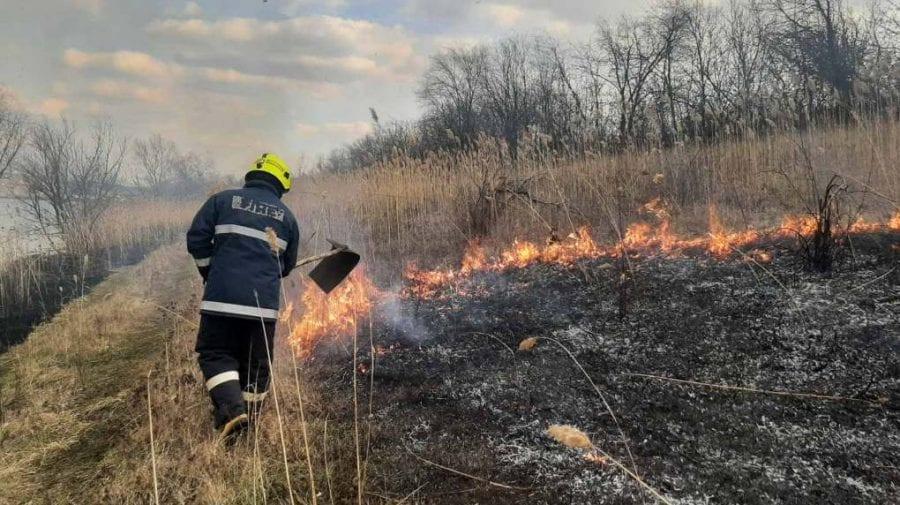 Peste 120 de ha de vegetație uscată, distruse de flăcări în ultimele 24 de ore (VIDEO)