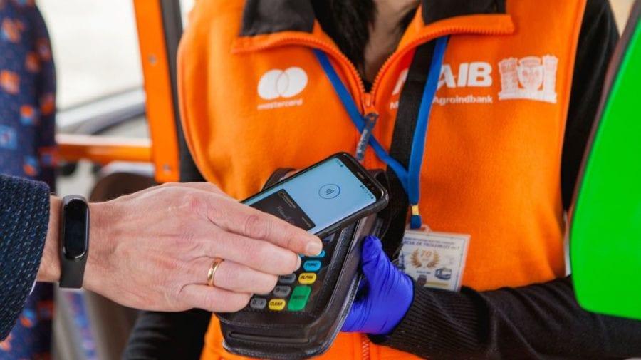 (VIDEO) De AZI, în regim de testare, în transportul public municipal putem achita cu cardul bancar
