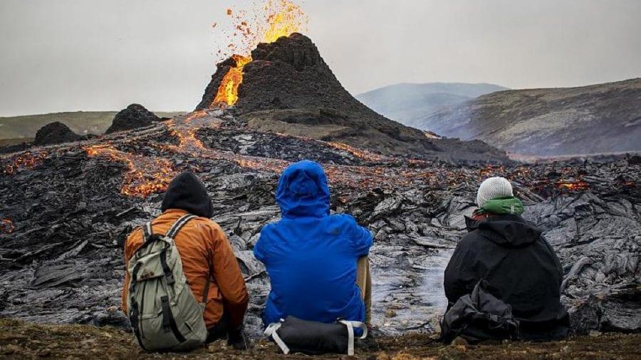 (VIDEO) Vulcanul erupt oferă un spactacol uimitor pentru localnicii și turiștii din Islanda