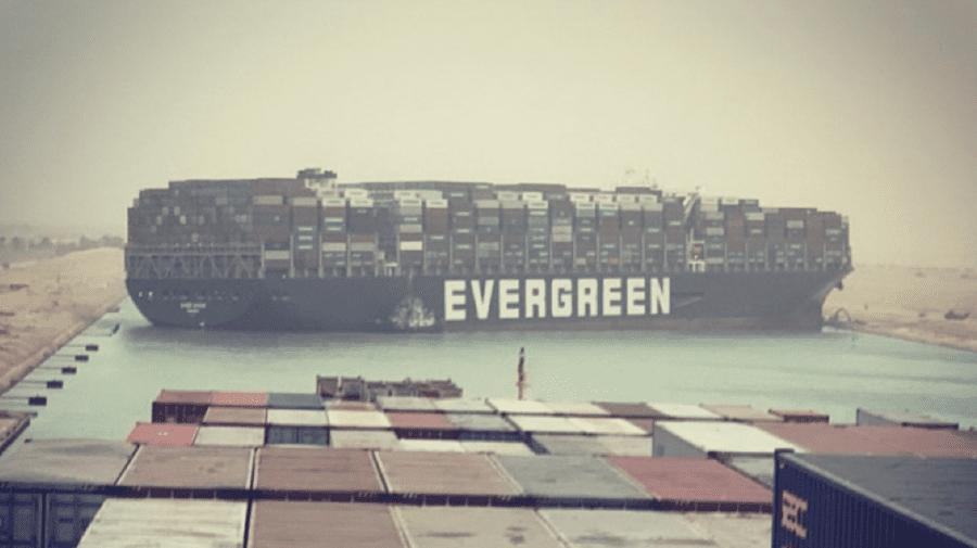 (FOTO) O navă de 400 de metri a blocat Canalul Suez, o rută vitală pentru comerţul internaţional