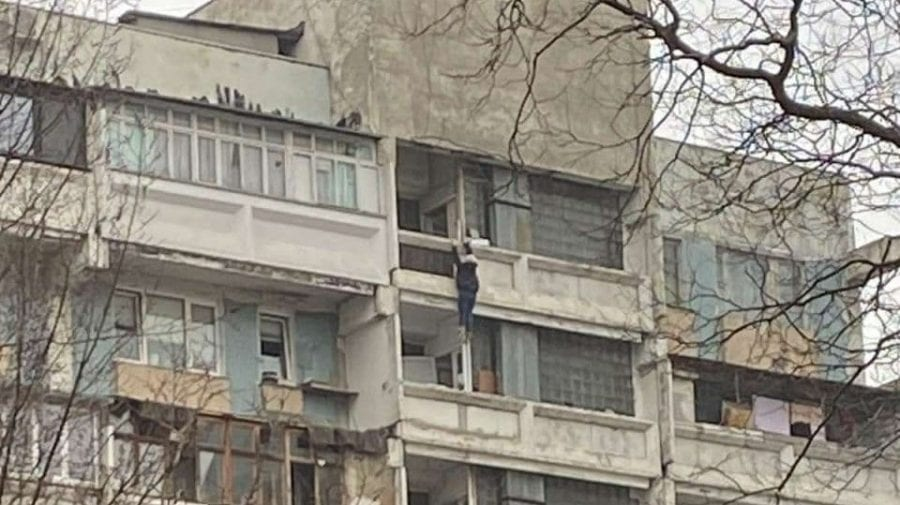 (VIDEO) O femeie a murit după ce a căzut în gol de la etajul 11 al unui bloc de locuit din sectorul Râșcani