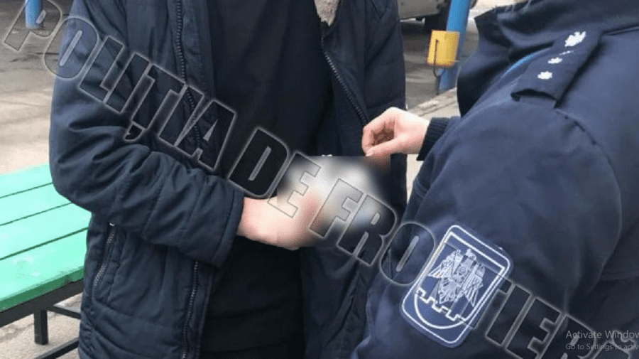 Tras pe sfoară? Un moldovean a rămas fără 1000 de euro și cu permis de conducere fals