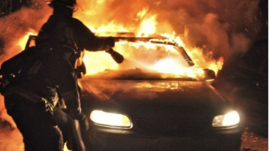 Patru autovehicule, cuprinse de flăcări noaptea trecută la Sângera. Un autobuz și un automobil, distruse total