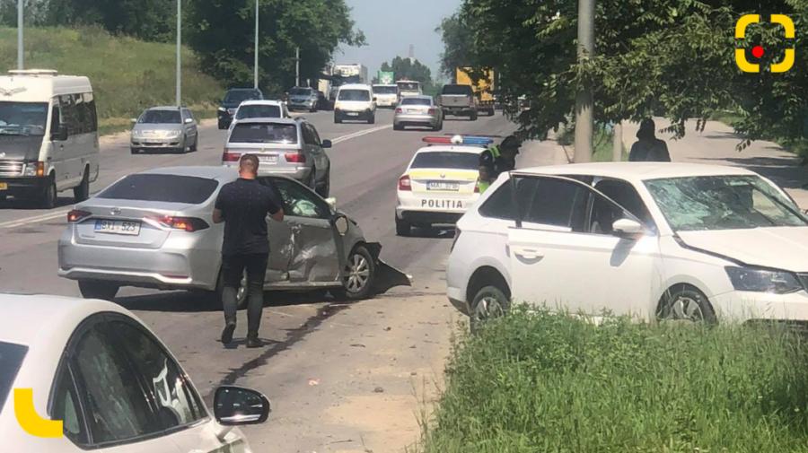 FOTO Ambuteiaj la Botanica, în urma unui accident. Două ambulanțe, zărite la fața locului!