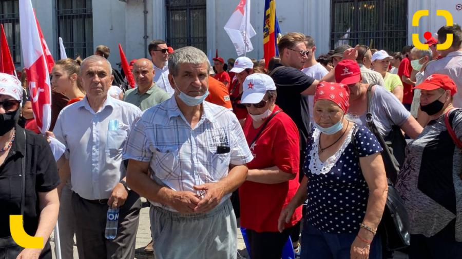 REPORTAJ FOTO! Fețele protestului PSRM-PCRM de la CSJ. Minori și bătrâni în soare, pentru votul transnistrenilor