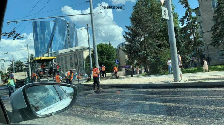 """FOTO Șoferi enervați pe traficul infernal din capitală. Se toarnă asflat! """"Stau de o oră și jumătate în ambuteiaj"""""""