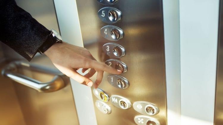 Persoanele țintuite la pat urmează să fie scutite de plata pentru folosirea ascensorului din blocul de locuit