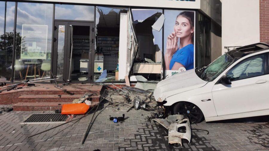 FOTO Șoferul unui BMW a pierdut controlul volanului și a intrat cu automobilul într-o farmacie din Durlești