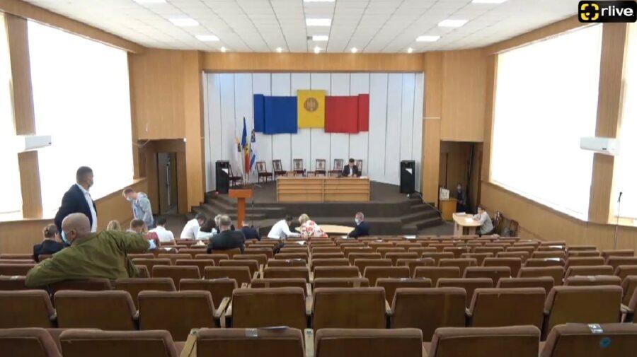 VIDEO Ședință FIERBINTE la CMC! Consilierii municipali s-au luat la harță, iar unii au părăsit sala