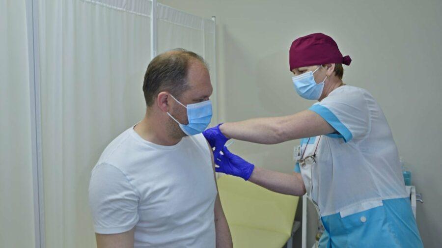 FOTO Ion Ceban a fost imunizat cu prima doză de vaccin împotriva COVID-19. Ce ser a administrat edilul Capitalei