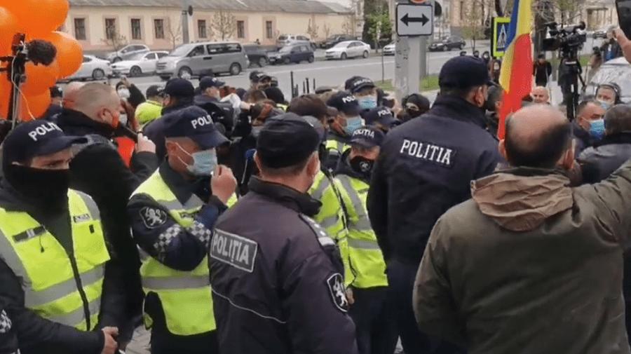 """""""Provocatori"""". Contramanifestație în fața CCM. Poliția a format un cordon între protestatari"""