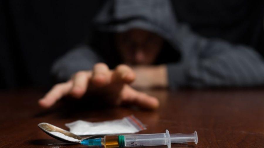 (FOTO) Prinși cu droguri în plină zi. Doi bărbați din Capitală, reținuți
