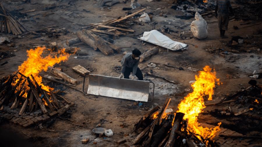 (FOTO) Crematoriile din India au rămas fără spațiu iar cadavrele sunt incinerate în parcuri și pe străzi
