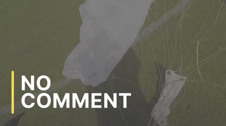 Ooops… Un parașutist a aterizat pe un teren de fotbal, în Polonia
