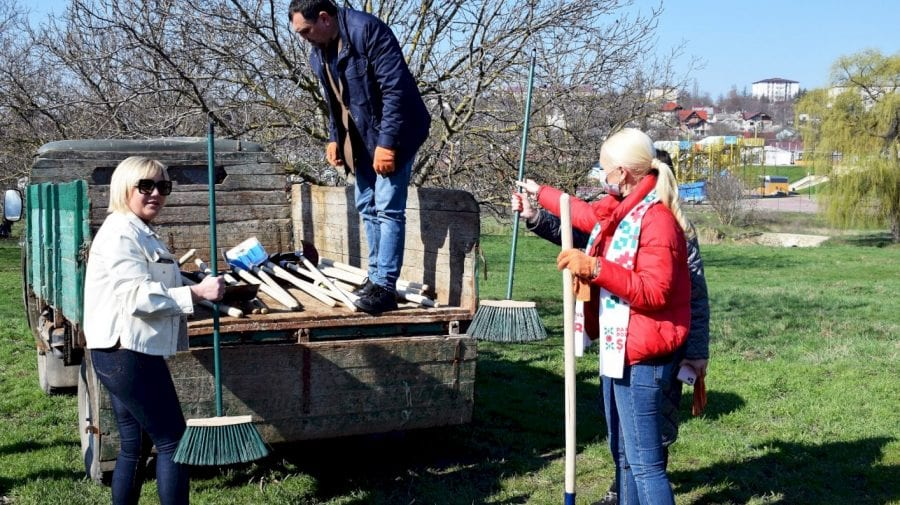 """Mai mulți oameni au participat la campania de salubrizare inițiată de Partidul """"ȘOR"""""""