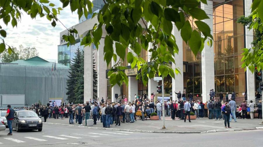 VIDEO Peste 4 000 de moldoveni au fost imunizați, în weekend, la Palatul Republicii. Câți au venit pentru Sputnik V?