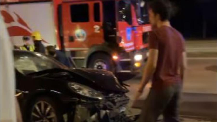 Un BMW s-a izbit cu un Porsche în această noapte pe o stradă din Capitală. Trei persoane au fost transportate la spital