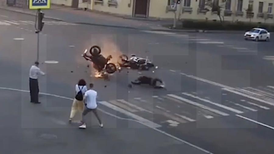 VIDEO Doi motocicliști se împrăștie pe asfalt într-o intersecție după ce unul nu respectă regulamentul circulației