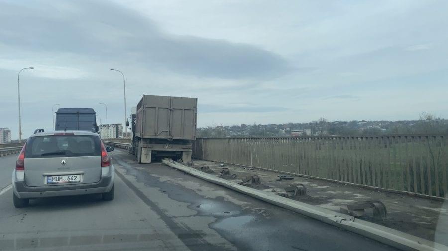 Camionul blocat pe podul de la Sîngera așa și nu a mai fost evacuat. Ce spune poliția