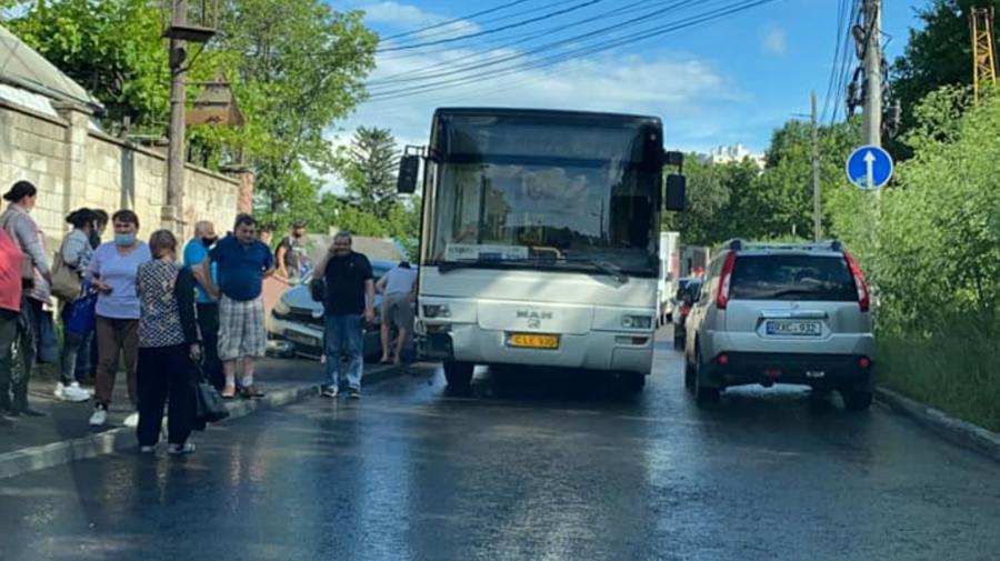 FOTO Accident în Capitală! Un autobuz de rută nu a putut împărți drumul cu un Volkswagen