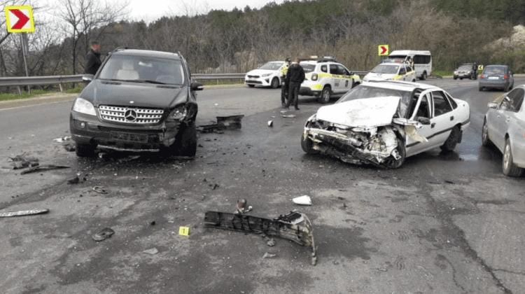 (FOTO) Accident pe traseul Chișinău-Hîncești. Toate persoanele au avut nevoie de îngrijiri medicale