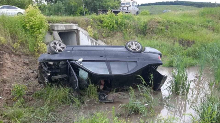 (FOTO) Accident grav la Hîncești! O mașină răsturnată, iar câteva persoane transportate la spital