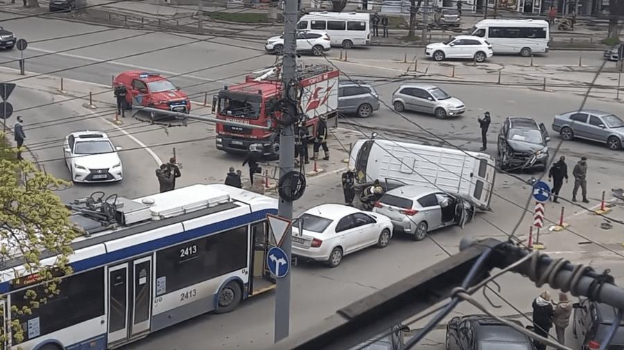 (VIDEO) Accident în lanț la Botanica. Poliția, ambulanța și pompierii la fața locului