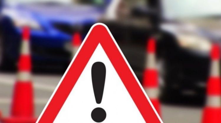 (VIDEO) AȘA NU! Se caută un șofer începător care a avariat o mașină și a plecat de la fața locului